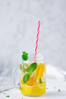 Limonata con ghiaccio, agrumi in vetro fantasia