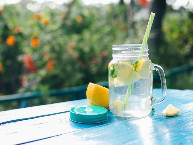 Limonata con limone e menta e copia spazio