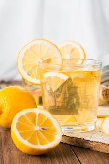 Limonata con limone e zenzero in un bicchiere trasparente