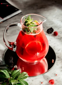 Limonata del frutto della passione con basilico sul tavolo