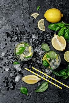 Limonata di basilico estivo su sfondo nero