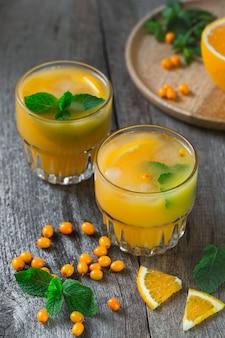 Limonata di olivello spinoso con arance e menta.
