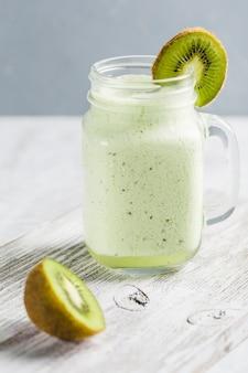 Limonata e kiwi con menta fresca