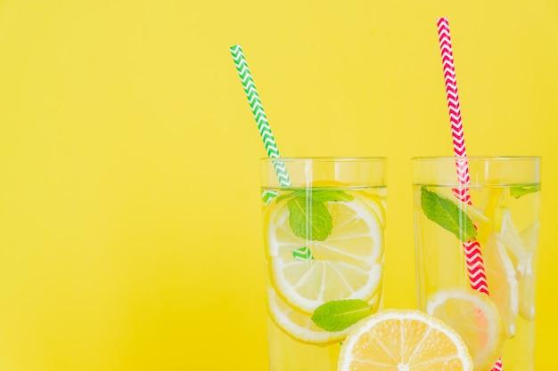 Limonata fatta in casa con limone e menta. cocktail estivo per bevande fredde. copyspace