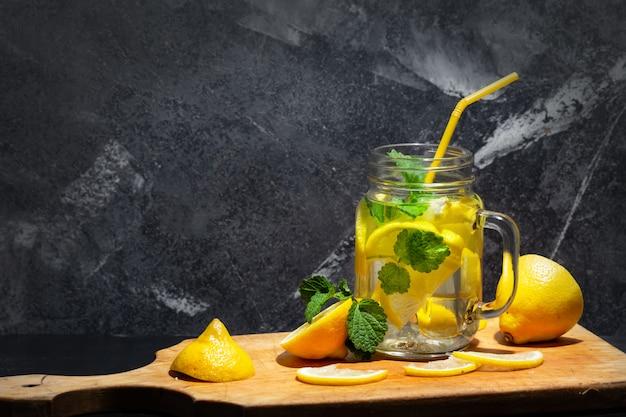 Limonata fatta in casa in barattolo di vetro