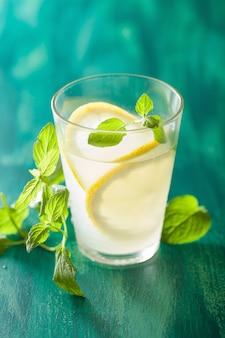 Limonata fresca con menta in bicchieri