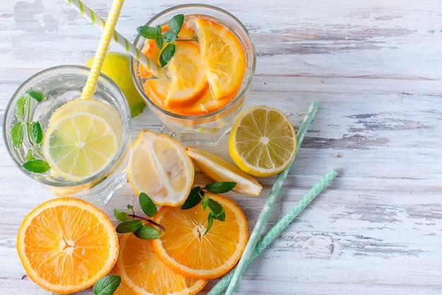 Limonata fresca fatta in casa in vetro con ghiaccio e menta.