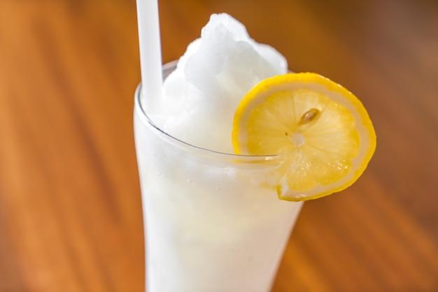 Limonata fresca sulla tabella di legno
