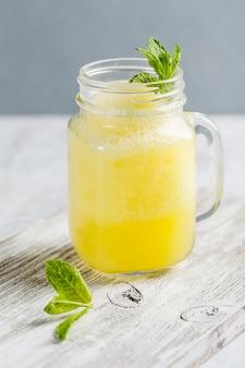 Limonata in un barattolo con menta fresca
