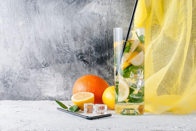 Limonata in vetro con ghiaccio e menta