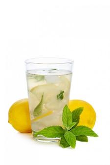 Limonata rinfrescante isolata su bianco