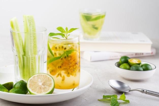 Limonata verde congelata al frutto della passione in estate