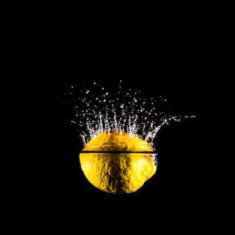 Limone che si tuffa nell'acqua