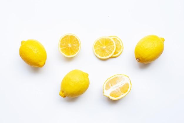 Limone con fette isolato su bianco.