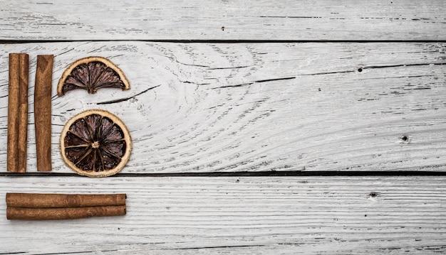 Limone e cannella secchi su un bellissimo legno