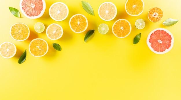 Limone e foglie verdi. concetto minimale di frutta. piatto disteso con spazio.