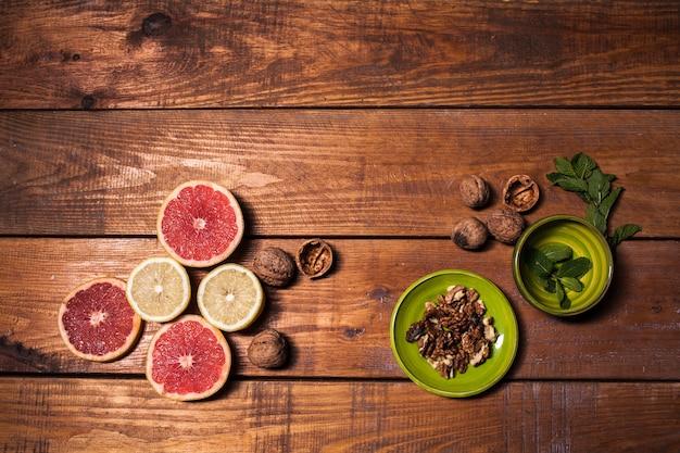 Limone e noce su una fine di superficie di legno in su