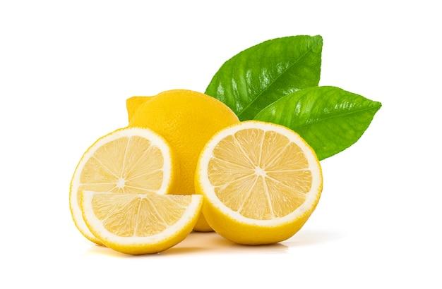 Limone fresco con foglie isolate.