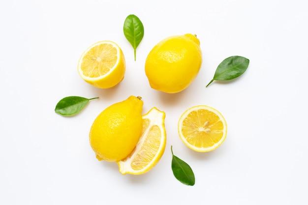 Limone fresco con foglie isolato su bianco