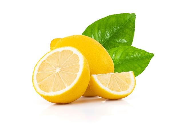 Limone fresco con foglie isolato su uno spazio bianco con tracciato di ritaglio.
