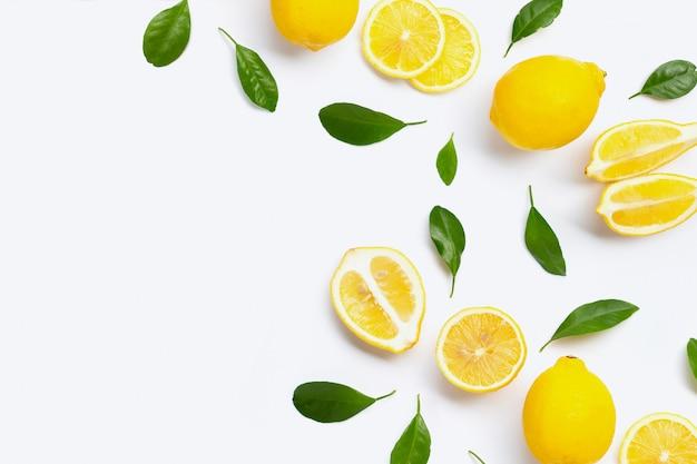 Limone fresco con foglie verdi