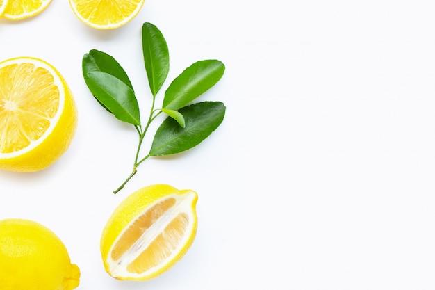 Limone fresco con le fette isolate su bianco.