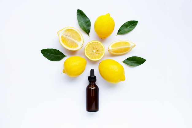 Limone fresco con olio essenziale di limone su uno sfondo bianco.