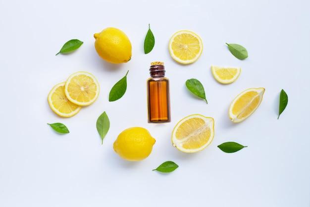 Limone fresco con olio essenziale isolato su bianco