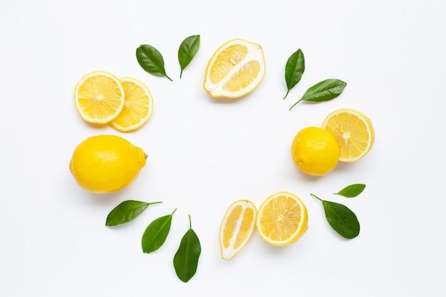 Limone fresco con sfondo di foglie verdi