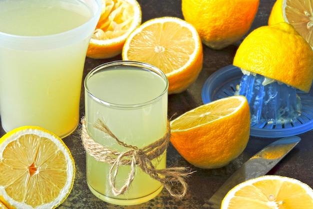 Limone fresco e limoni. estrattore di succo di agrumi. il concetto di perdita di peso con succo di limone.