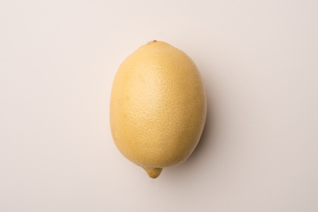 Limone fresco isolato sopra bianco