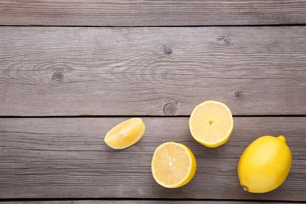 Limone fresco su sfondo grigio. frutta tropicale.
