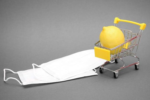 Limone in un carrello e maschere mediche bianche