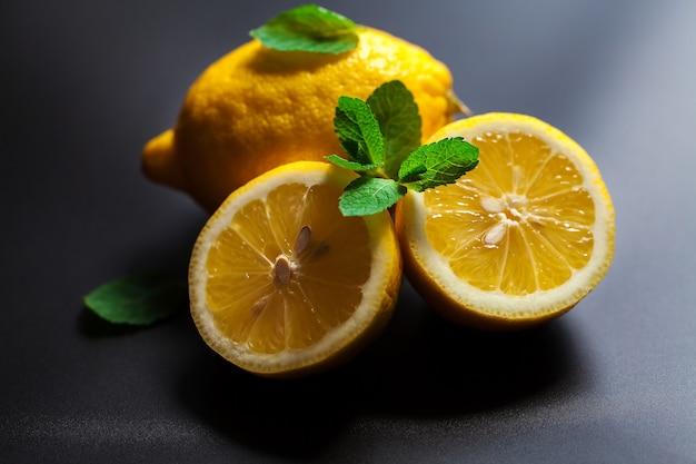 Limone isolato su uno sfondo nero