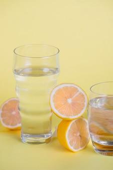 Limoni dell'angolo alto su fondo giallo