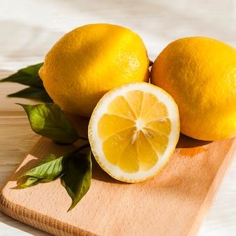 Limoni dell'angolo alto sul bordo di legno