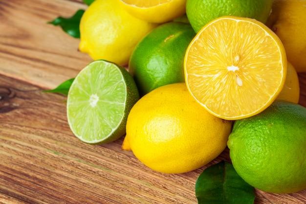 Limoni e lime sul cuscinetto di legno