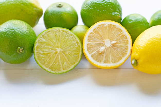Limoni e limoni maturi su bianco.