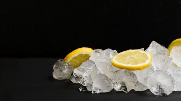 Limoni e pila di cubetti di ghiaccio