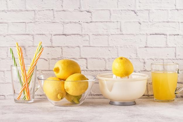 Limoni e spremiagrumi per la preparazione di succo di limone
