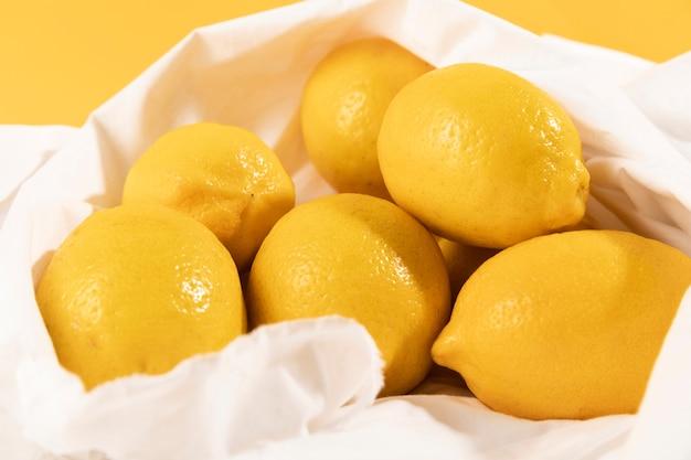 Limoni freschi ad alto angolo appena acquistati