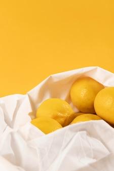 Limoni freschi del primo piano in una borsa