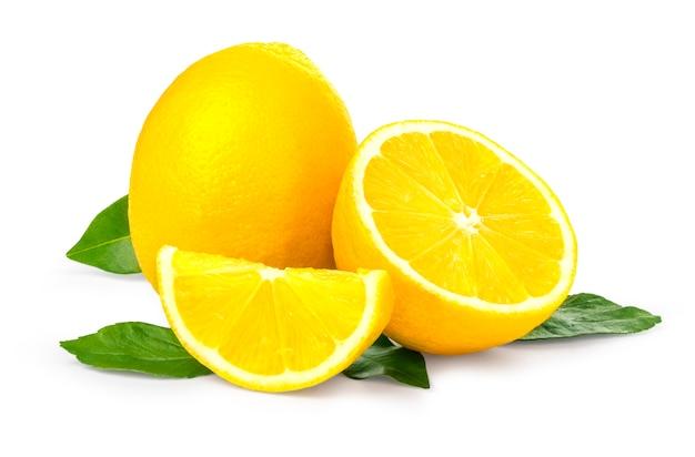 Limoni freschi su bianco