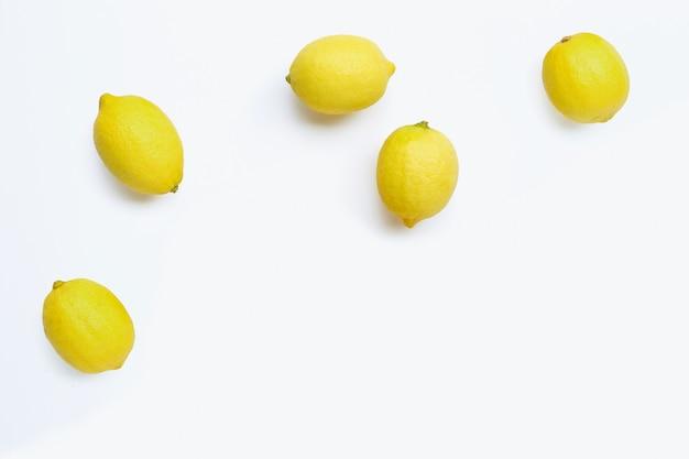 Limoni freschi su fondo bianco.