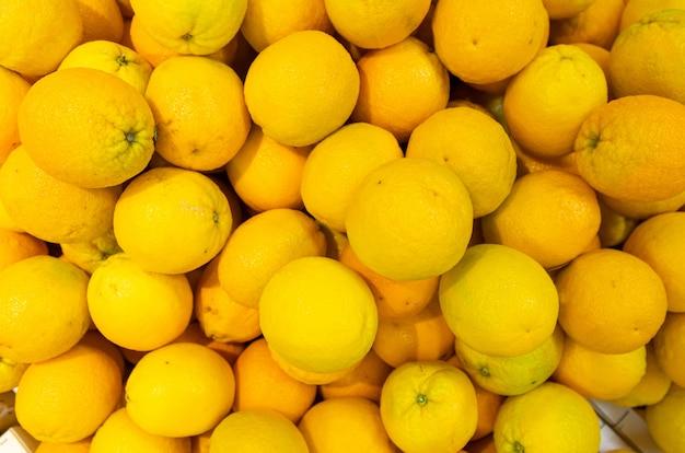 Limoni gialli luminosi in scatole di legno alla vista aerea del mercato o della drogheria dell'agricoltore