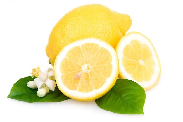Limoni gialli maturi isolati sopra bianco