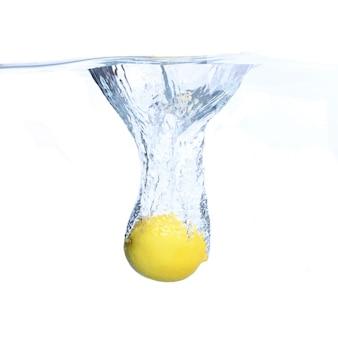 Limoni in acqua con bolle e schizzi. avvicinamento. isolato su bianco concetto e idea con i limoni