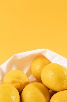 Limoni organici del primo piano con lo spazio della copia
