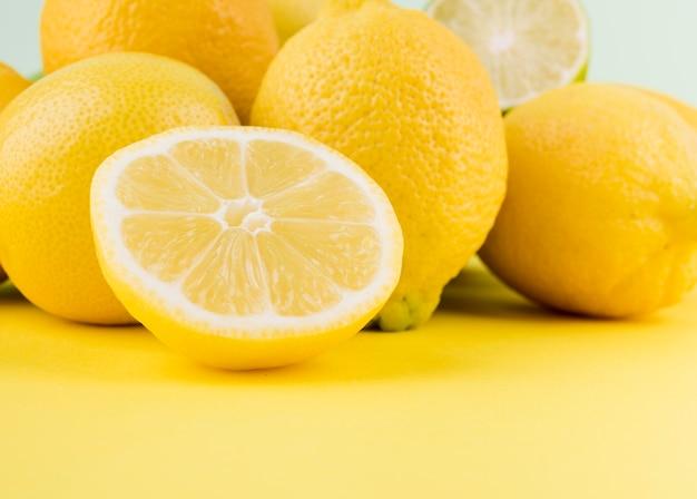 Limoni organici del primo piano sul tavolo