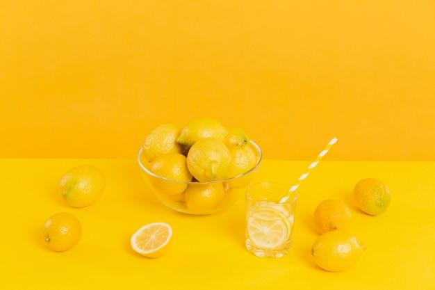 Limoni organici dell'angolo alto sulla tavola
